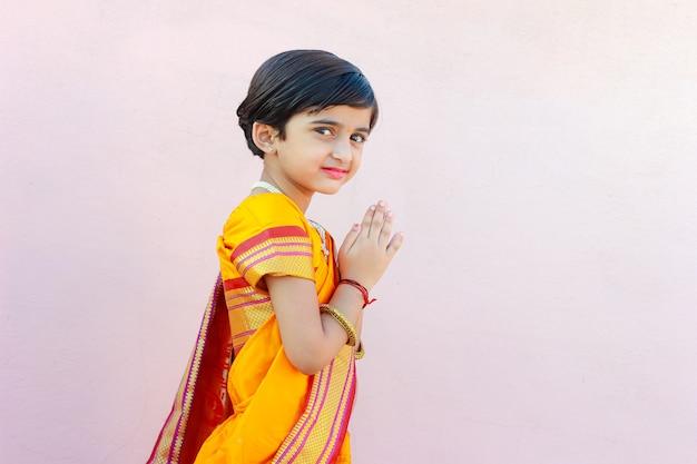 Portrait de petite fille indienne avec pose accueillante