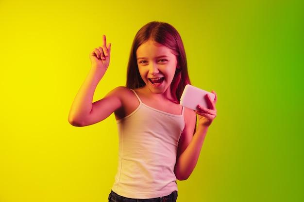 Portrait de petite fille isolé sur fond néon