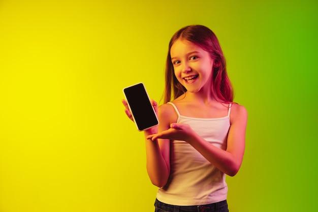 Portrait de petite fille isolé sur mur néon