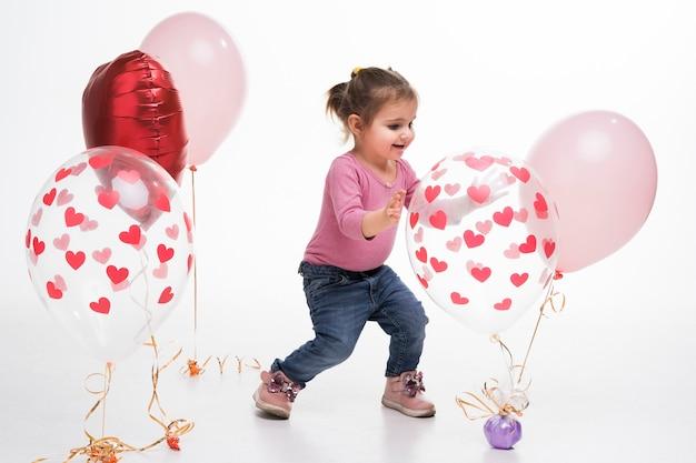 Portrait de petite fille jouant avec des ballons