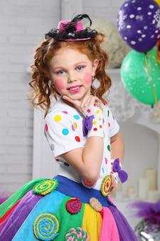 Portrait d'une petite fille joyeuse.