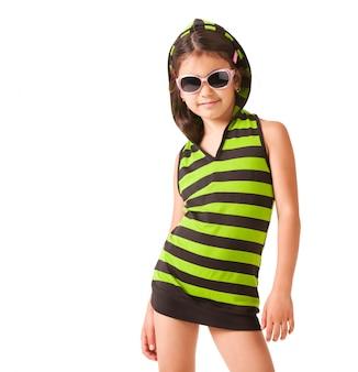 Portrait d'une petite fille à lunettes de soleil et vêtements rayés