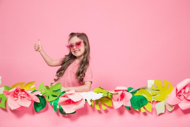 Portrait d'une petite fille avec des lunettes de soleil