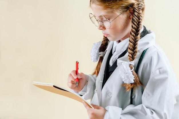 Portrait, petite fille, manteau blanc, docteur, lunettes, documents, stéthoscope, regarder appareil-photo, sourire