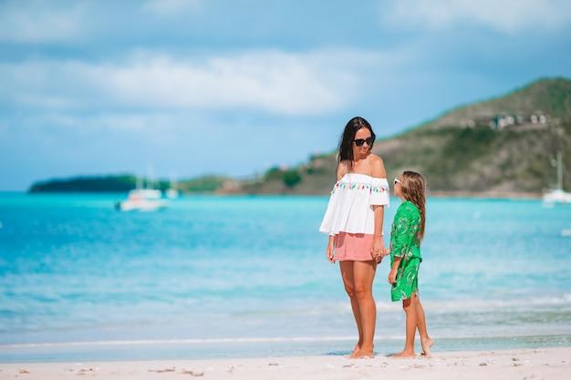Portrait de petite fille et mère en vacances d'été