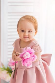 Portrait d'une petite fille mignonne d'un an