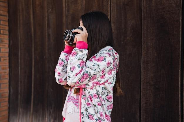 Portrait d'une petite fille mignonne avec un appareil photo.