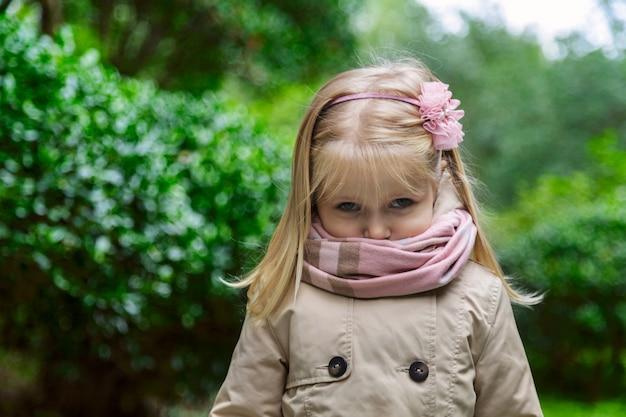 Portrait de petite fille mignonne dans le parc