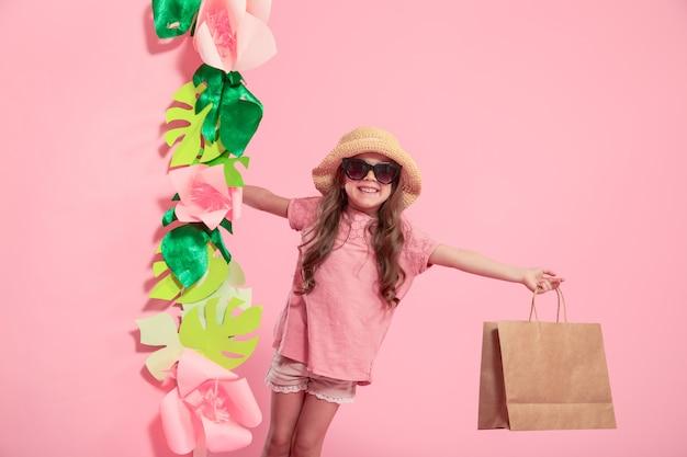 Portrait de petite fille mignonne avec sac à provisions