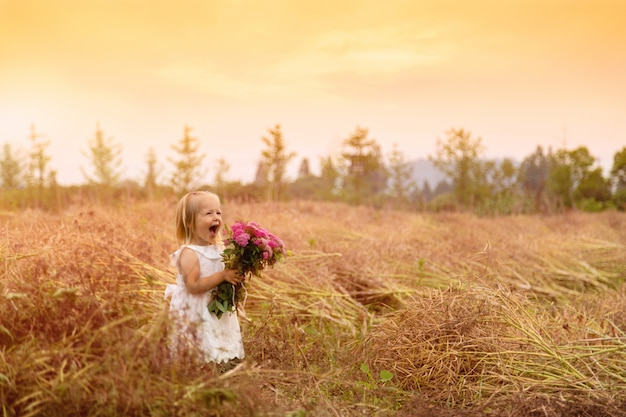 Portrait, de, petite fille mignonne, tenant, mains, bouquet, de, fleurs roses, sur, a, champ