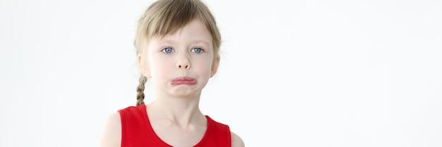 Portrait de petite fille offensée sur fond blanc concept de manipulations et de caprices d'enfants