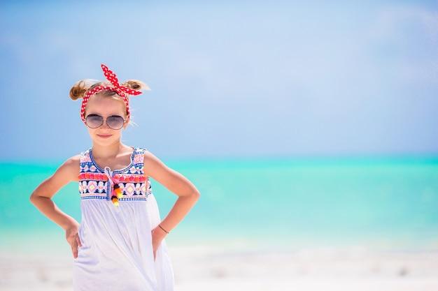 Portrait de petite fille sur la plage
