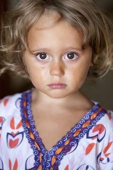 Portrait d'une petite fille en pleurs