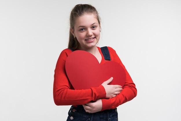 Portrait de petite fille posant