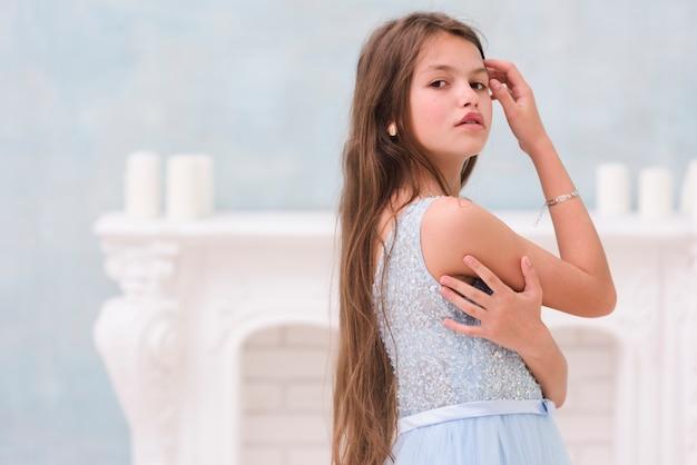 Portrait de petite fille en regardant la caméra