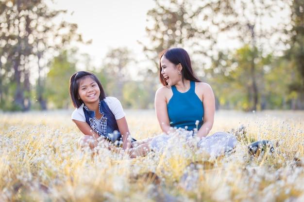 Portrait de petite fille rire et souriant à sa mère le jour de la fête des mères