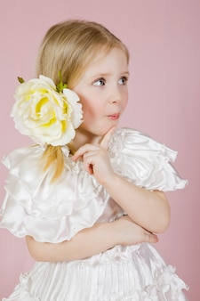 Portrait, petite fille, robe, fleur
