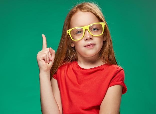Portrait d'une petite fille rousse en studio