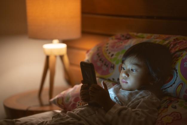 Portrait petite fille avec un smartphone