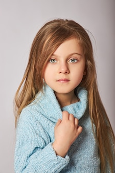 Portrait d'une petite fille souriante.