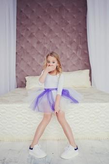 Portrait d'une petite fille surprise