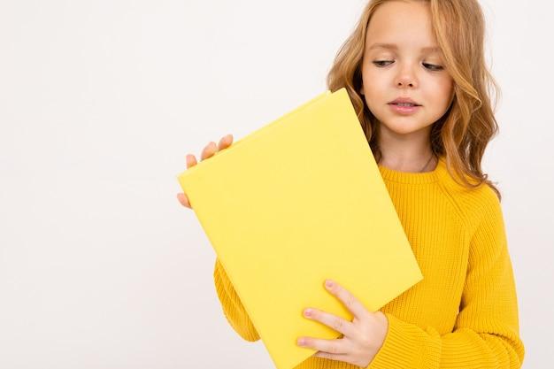 Portrait de petite fille tenant un papier vierge
