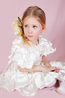 Portrait d'une petite fille vêtue d'une robe à fleurs