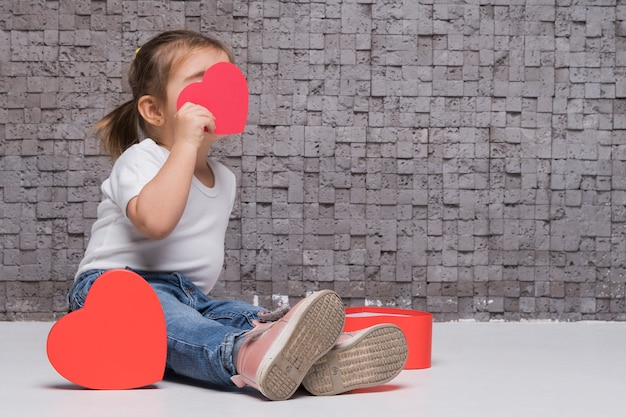 Portrait de petite petite fille posant