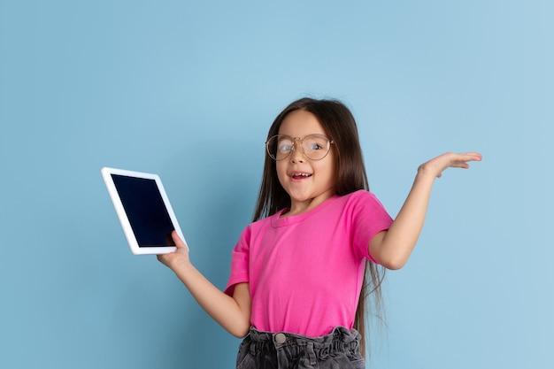 Portrait de petites filles caucasiennes sur le mur bleu du studio