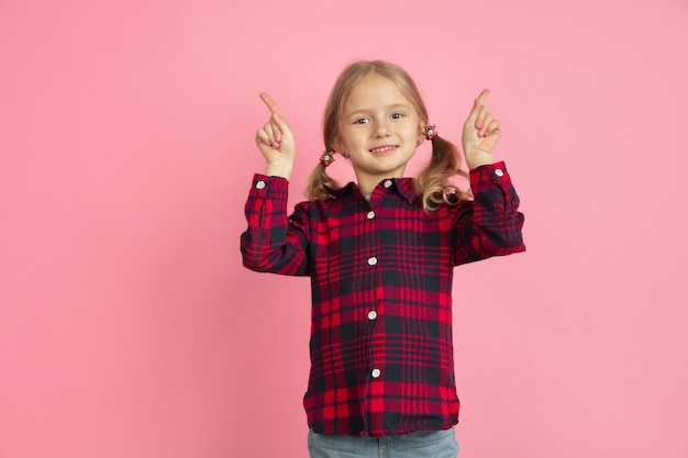 Portrait de petites filles caucasiennes sur mur rose