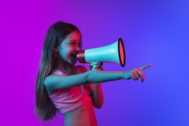 Portrait de petites filles isolé sur fond néon