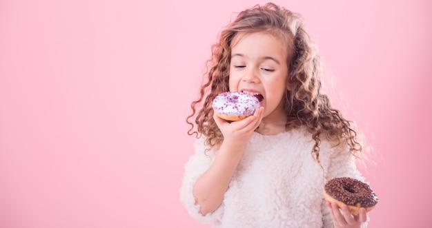 Portrait, peu, bouclé, girl, manger, beignets