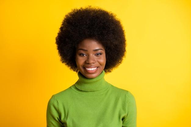 Portrait photo d'une femme afro-américaine souriante isolée sur fond de couleur jaune vif
