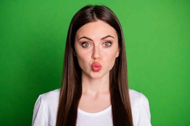 Portrait photo de fille aux lèvres charnues isolées sur fond de couleur vert vif