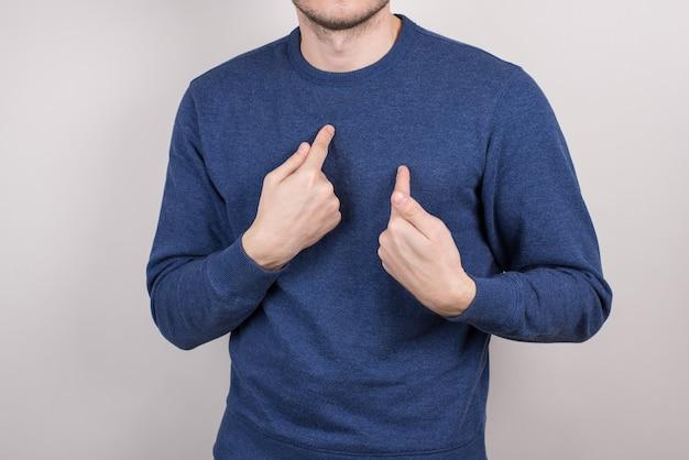 Portrait photo en gros plan recadrée d'un homme incertain, terrifié, incertain, pointant sur lui-même fond gris isolé