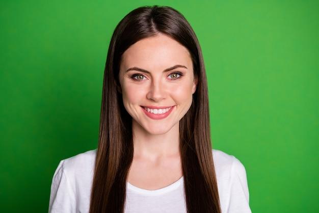 Portrait photo de jeune fille souriante isolée sur fond de couleur vert vif