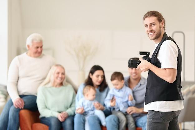 Portrait de photographe travaillant en famille en studio