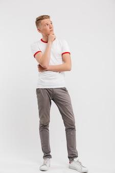 Portrait en pied d'un adolescent songeur à la recherche de suite