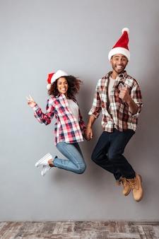 Portrait en pied d'un couple africain heureux excité