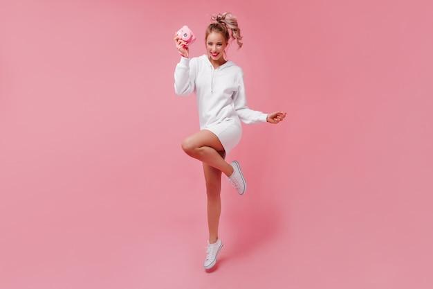 Portrait en pied de femme insouciante sautant