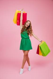 Portrait en pied d'une femme joyeuse heureuse en robe