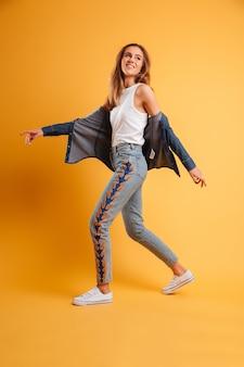 Portrait en pied d'une fille joyeuse heureuse marchant