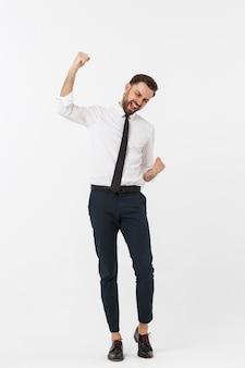 Portrait en pied d'homme d'affaires heureux en tenue de soirée avec lever les mains. isolé sur mur blanc.
