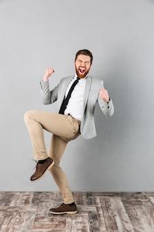 Portrait en pied d'un homme d'affaires satisfait