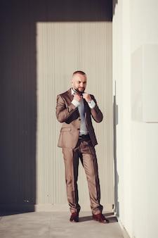 Portrait en pied d'un homme d'affaires