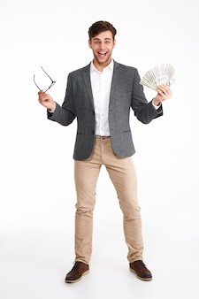Portrait en pied d'un homme excité heureux dans une veste