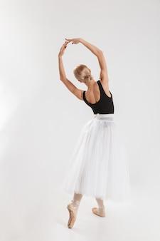 Portrait en pied d'une jeune ballerine talentueuse