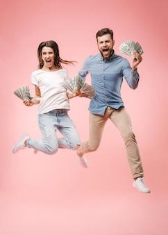 Portrait en pied d'un jeune couple heureux