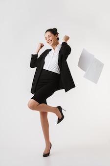 Portrait en pied d'une jeune femme d'affaires excitée