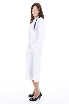 Portrait en pied d'une jeune femme médecin réussie